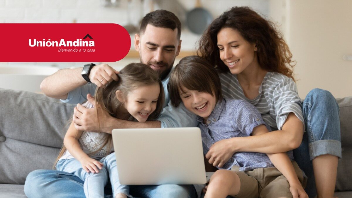 Familia mirando computador