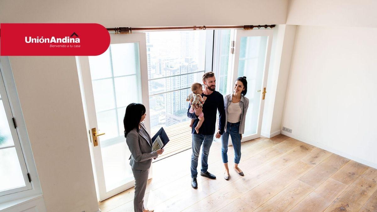 familia viendo su nueva vivienda