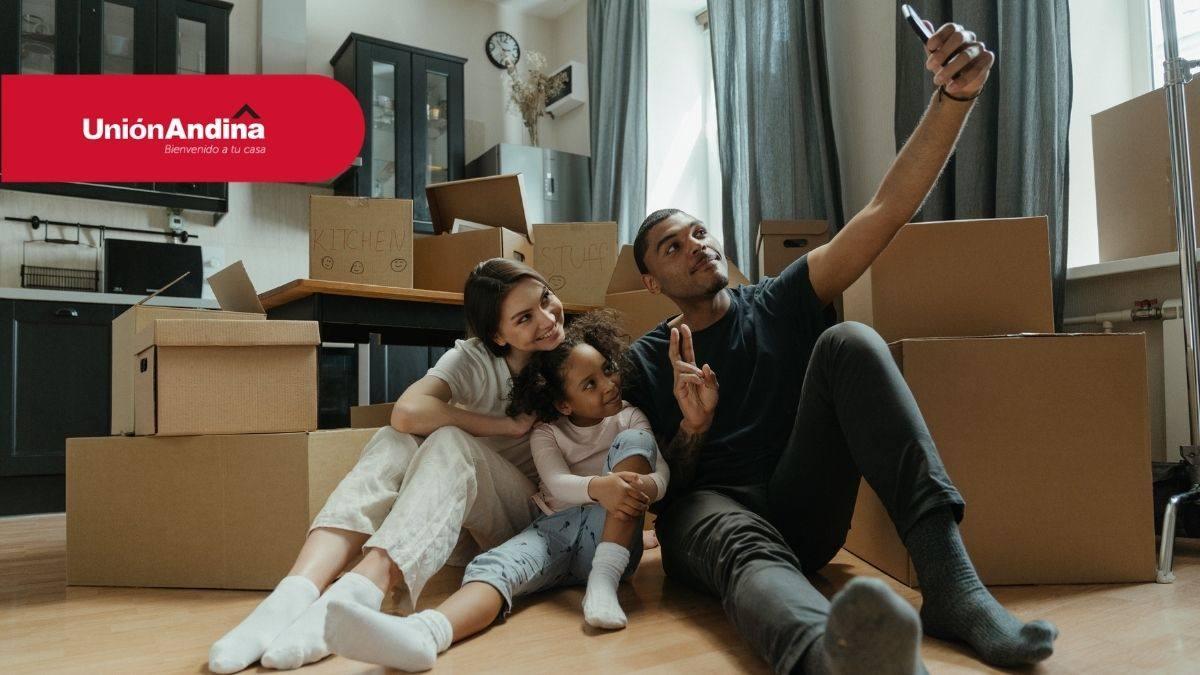 familia feliz con su nuevo inmueble