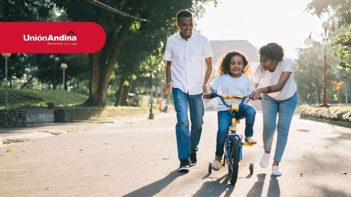familia feliz en ciudad internedia
